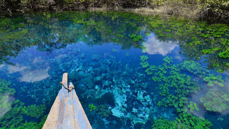 Cráter azul Petén en Guatemala